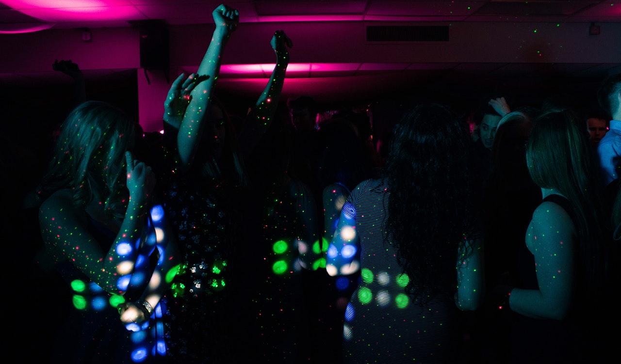Mennesker fester til lys og musik