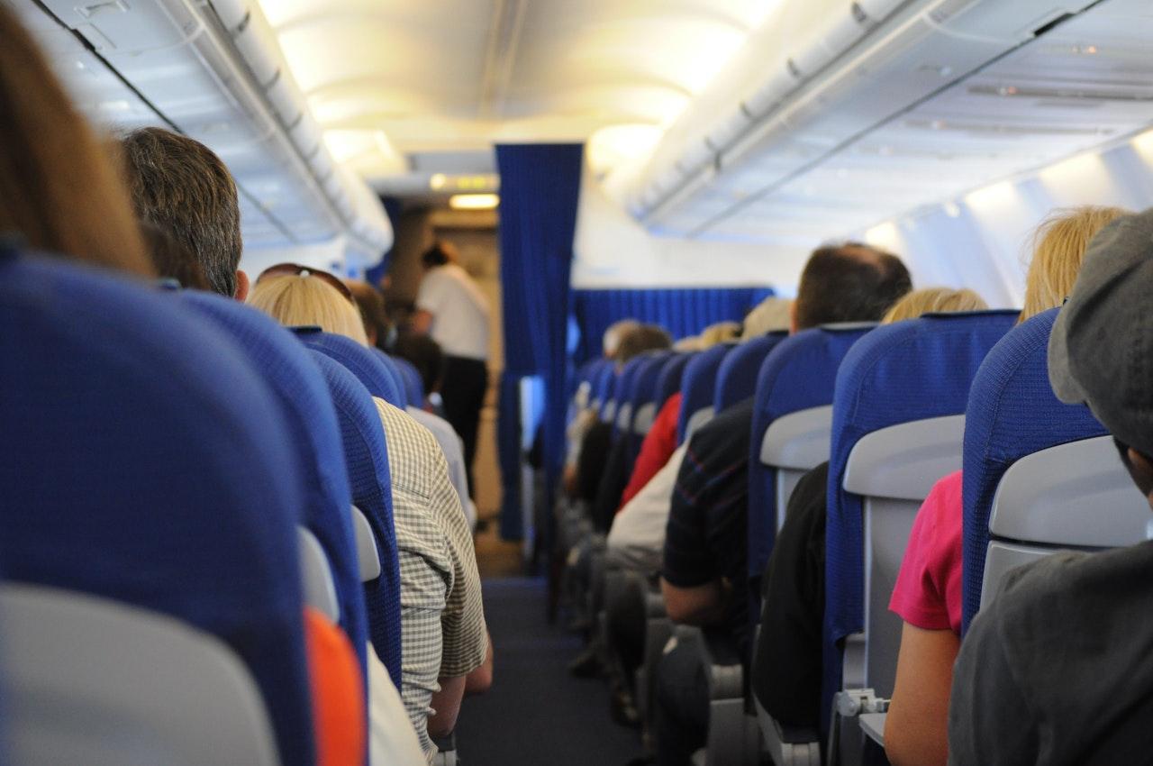 Mennesker sidder i fly og venter på at det letter