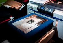 Person printer billeder ud på en printer