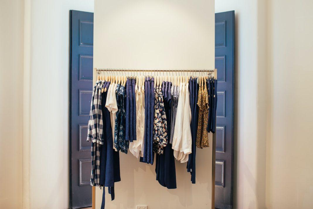 Tøj er i butik i udklædningsrum
